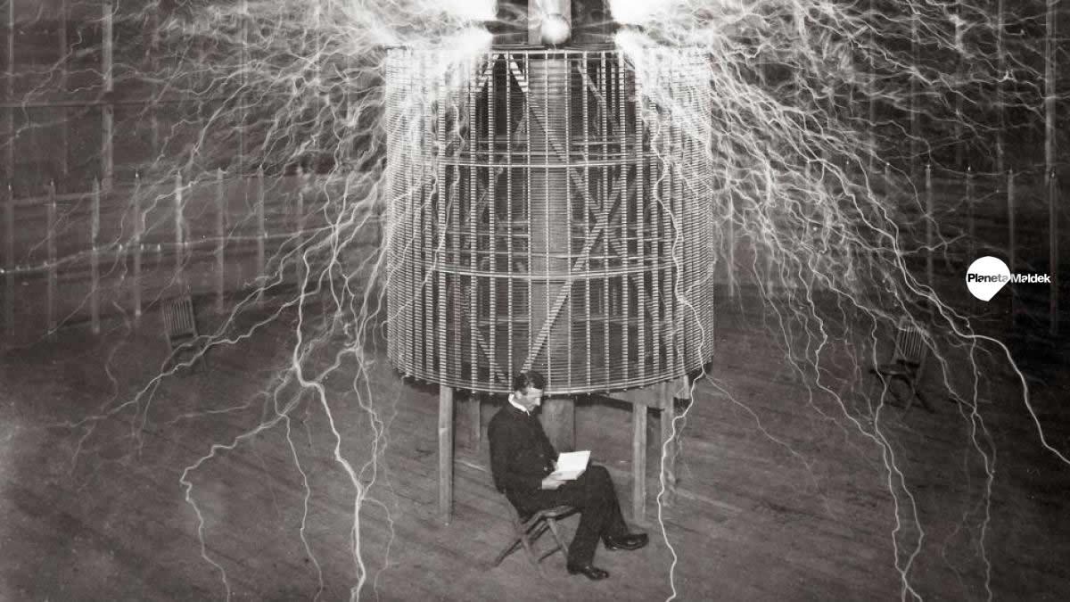 Nikola Tesla en su laboratorio de Colorado Springs