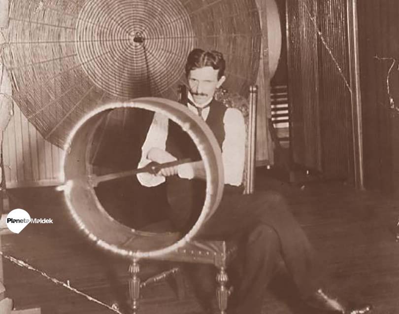 Nikola Tesla experimentando en su laboratorio