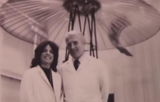 Dra. Carol Rosin y Werner von Braun. Von Braun diseñó cohetes para los nazis. Después de la Segunda Guerra Mundial, se fue a Estados Unidos a trabajar para la NASA. El Dr. Rosin afirma que antes de su muerte, von Braun le contó sobre un plan secreto para engañar a una invasión alienígena para justificar las armas en el espacio