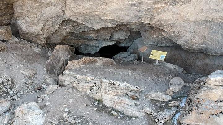 Acceso a la cueva Lovelock